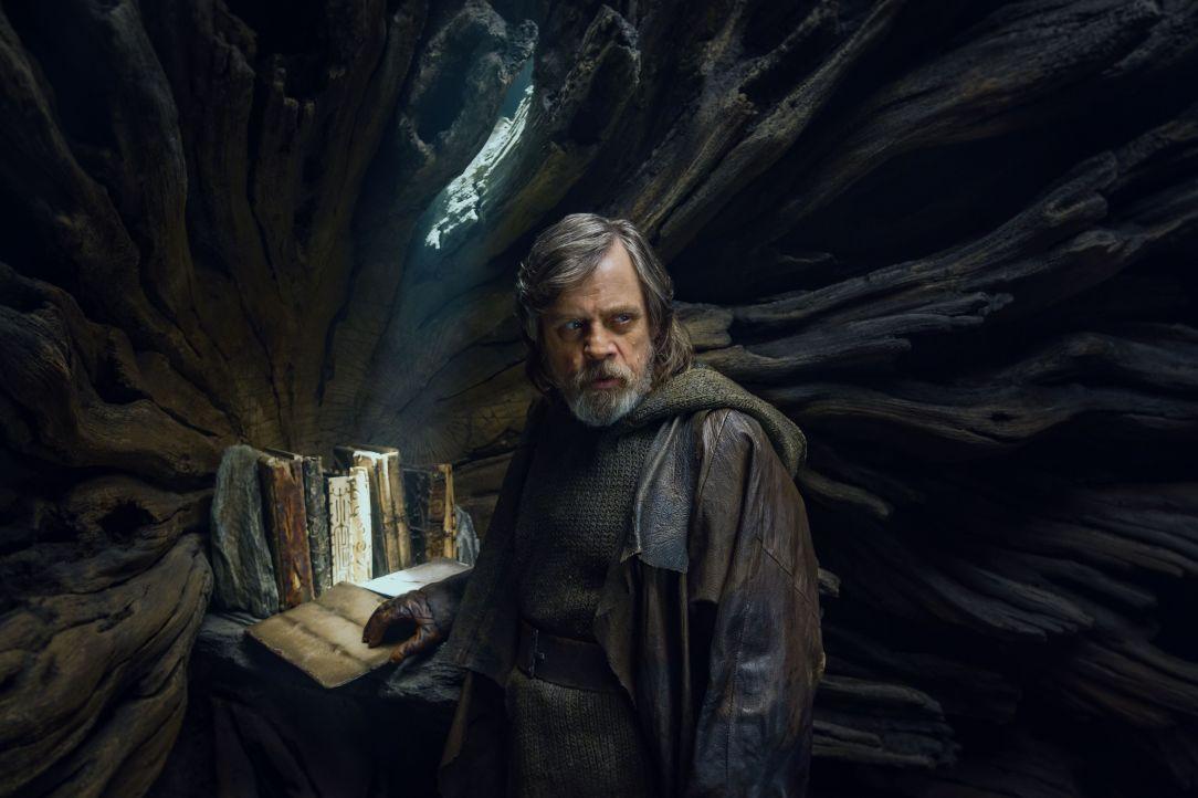 the-last-jedi-Luke-jedi-tomes.jpg